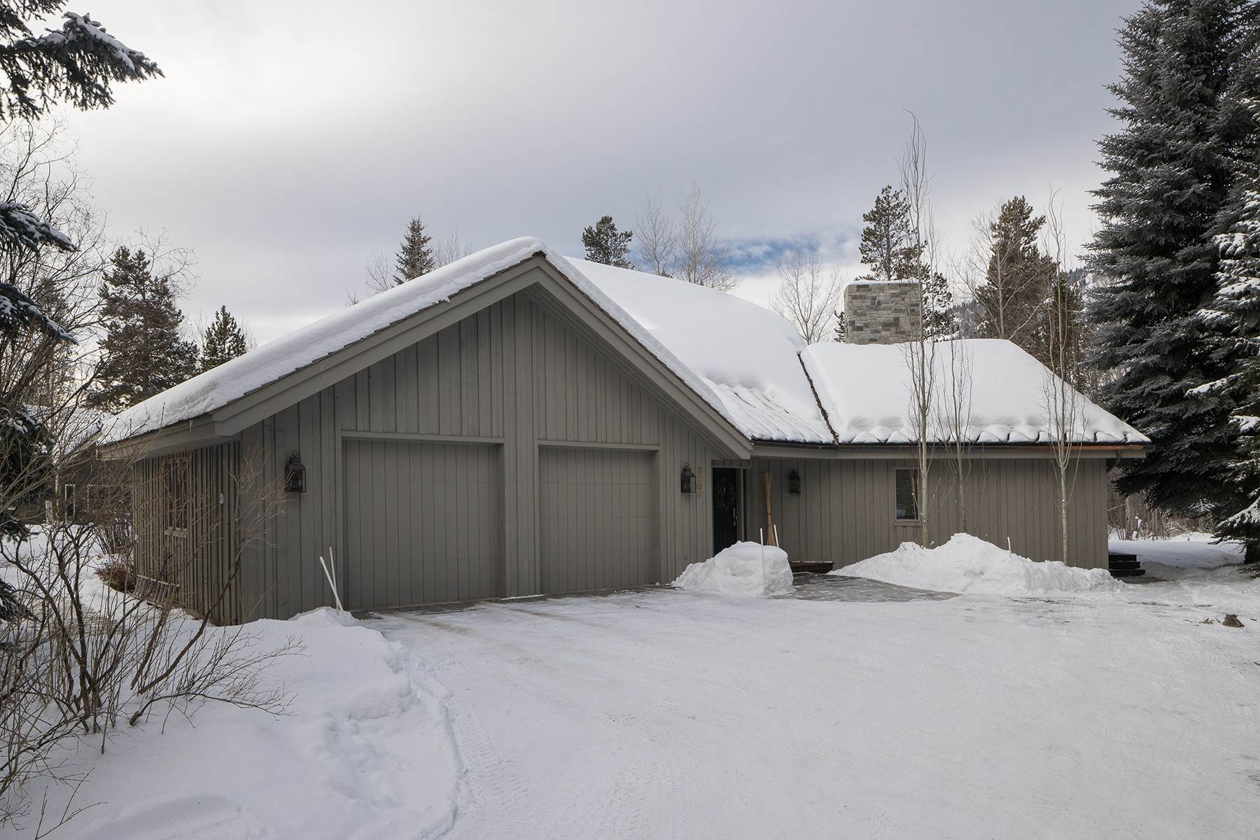 24. Single Family Homes for Sale at Western Sophistication 3205 N Teton Pines Dr Wilson, Wyoming 83014 United States